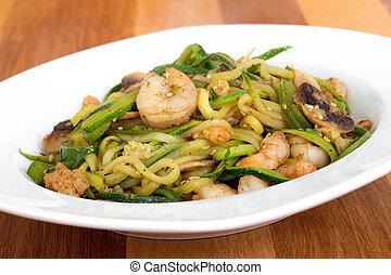 abobrinha,  noodles, camarão,  stir-f