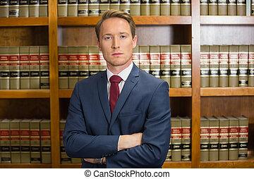 abogado, ceñudo, en, el, biblioteca ley
