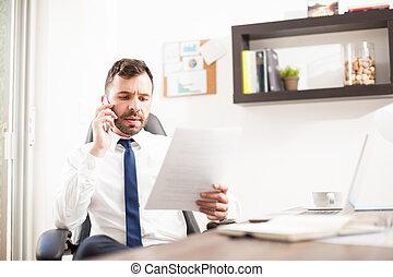 abogado, con, un, importante, llamada telefónica