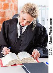abogado, en, oficina, lectura, libro de derecho