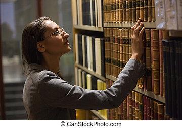 abogado, escoger, libro, en, el, biblioteca ley
