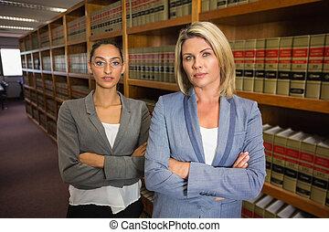 abogados, mirar cámara del juez, en, el, biblioteca ley