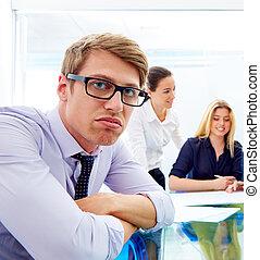 aborrecido, executivo jovem, gesto, multi étnico, reunião