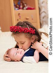 abraçando, bebê, irmã, velho