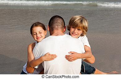 abraçando, crianças, seu, pai