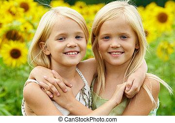 abraçando, irmãs