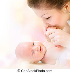 abraçando, recem nascido, mãe, bebê, beijando, feliz, baby.
