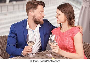 abraçar, par, encantador, restaurante