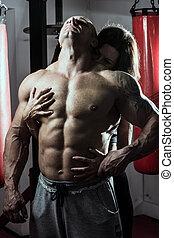 abraços, mulher, passionately, ginásio, muscular, homem
