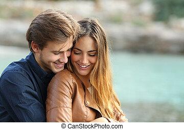 abrazar, cariñoso, pareja, playa