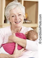 abuela, abrazar, nieta, en casa