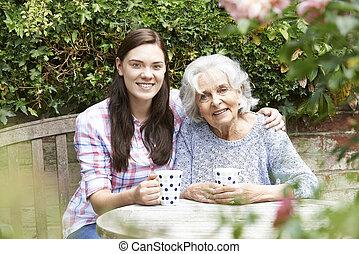 abuela, adolescente, nieta, jardín, relajante