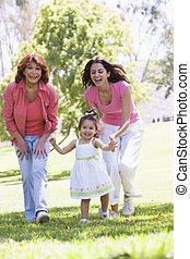 abuela, con, adulto, hija, y, nieta, en el estacionamiento