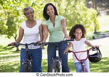 abuela, con, adulto, hija, y, nieto, bicicletas de...