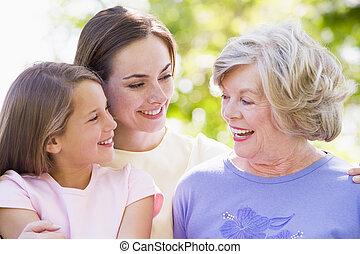 abuela, con, adulto, hija, y, nieto, en el estacionamiento