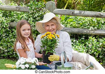 abuela, con, ella, nieta, trabajando, en el jardín