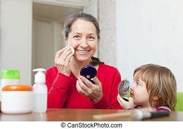abuela, con, gitl, pone, facepowder