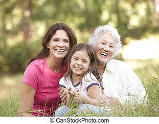 abuela, con, hija, y, nieta, en el estacionamiento