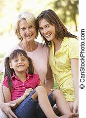 abuela, con, madre e hija, en el estacionamiento