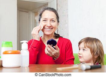 abuela, con, nieta, pone, facepowder