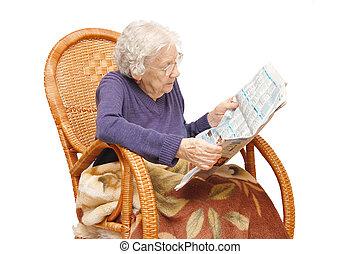 abuela, lee, el, periódico, en, un, sillón
