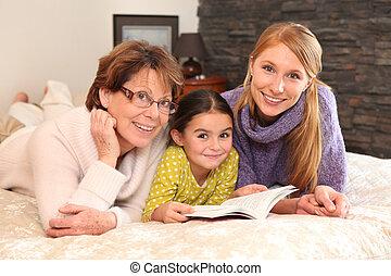abuela, madre, y, hija, acostado, en, un, cama