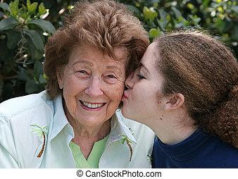 abuela, niña, besos