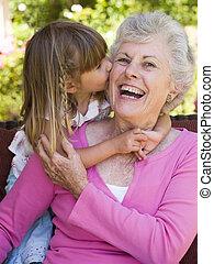 abuela, nieta, beso, obteniendo
