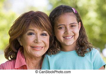 abuela, sonriente, nieta