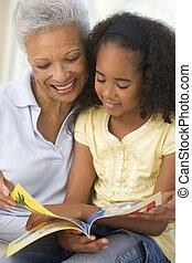 abuela, sonriente, nieta, lectura