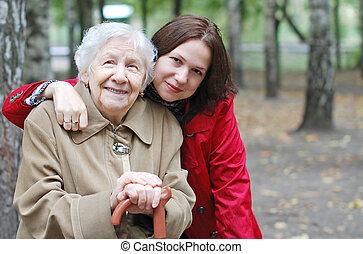 abuela, y, nieta, abrazado, y, feliz