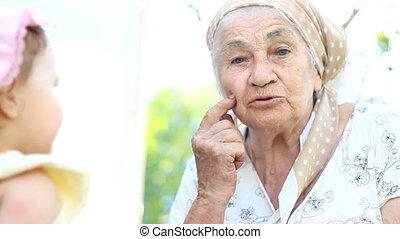 acariciando anciana