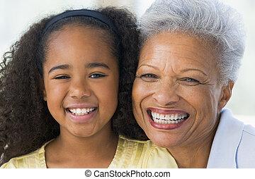 abuela, y, nieta, sonriente