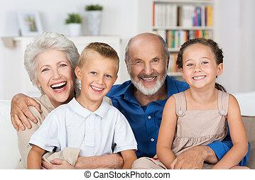abuelos, feliz, joven, hermanos, su