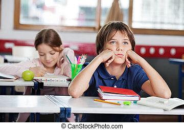 aburrido, colegial, el mirar lejos, sentar escritorio, en, aula