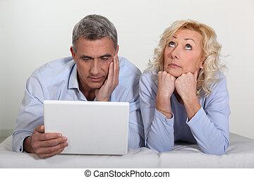 aburrido, computadora, hombre, esposa