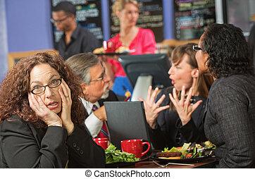 aburrido, mujer, café, compañeros de trabajo