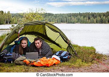 acampamento, com, laptop, por, lago