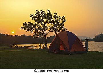 acampando chão, e, pôr do sol, em, lago