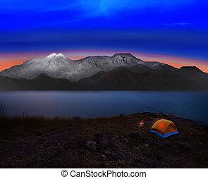 acampar tienda, con, roca, y, nieve, mountian, escena, uso,...