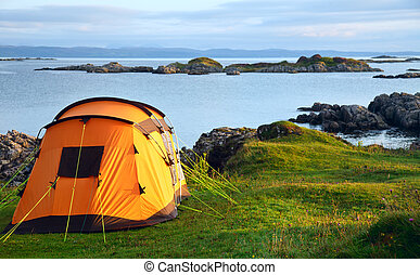 acampar tienda, en, océano, orilla