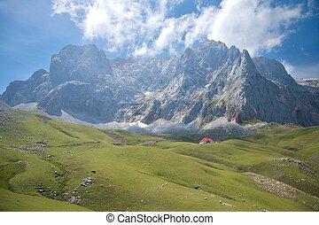 acantilado, encima, cabaña, en, cantabrian, montañas