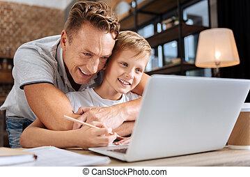 acaricie, pai, filho, enquanto, ele, dever casa, feliz