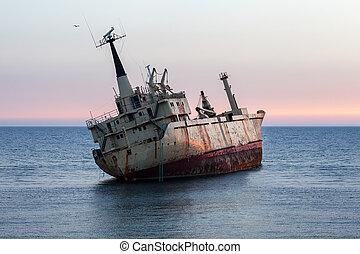 accident bateau, à, coucher soleil