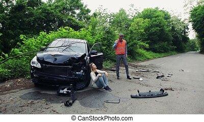 accident, voiture, après, jeune, téléphoner femme, confection, call., homme