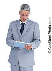 accigliato, uomo affari, usando, pc tavoletta