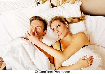 accoppi letto, russare, donna, non dormire