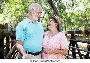 accouplez dehors, flirty, personne agee