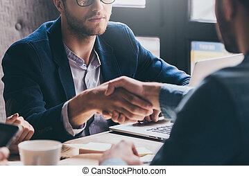 accueil, à, team!, gros plan, de, deux hommes affaires serrant main, quoique, séance, à, les, bureau
