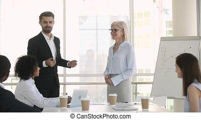 accueillir, féliciter, patron, nouveau, associé, promotion, réunion, poignée main